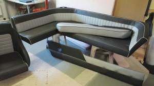 Bayliner sohva, uimataso ja kaukkarin tausta. Kuppi-istuimesta malli.